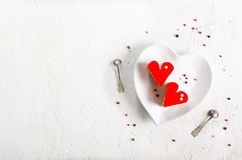 Två gelé hjärta-formade kakor på vitbetongbakgrund Fritt avstånd för din text arkivfoto