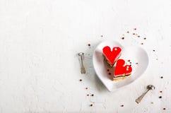 Två gelé hjärta-formade kakor på vitbetongbakgrund Fritt avstånd för din text Royaltyfria Bilder