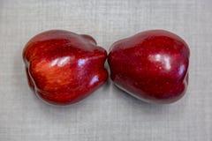 Två generiska röda äpplen Arkivfoton