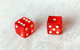 Två genomskinliga röda skitar tärnar på vit naturlig brädeuppvisning eller sju ut nummer 6 och 1 royaltyfri foto