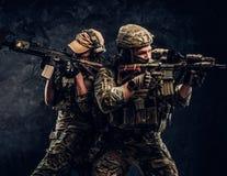 Två gevär för anfall för innehav för skyddsutrustning för specialförbandsoldati sin helhet och sikta på målen Nära övre arkivbild