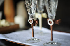 Två gifta sig exponeringsglas av brudgummen och bruden på tabellen Royaltyfri Foto