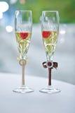 Två gifta sig exponeringsglas av brudgummen och bruden på tablen Arkivbilder