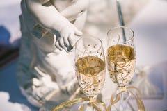 Två gifta sig exponeringsglas av champagne Arkivbild