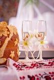Två gifta sig exponeringsglas med champagne Arkivbild