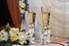 Två gifta sig exponeringsglas med champagne Royaltyfri Foto