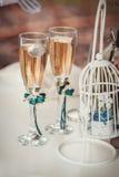 Två gifta sig exponeringsglas med champagne Royaltyfri Fotografi