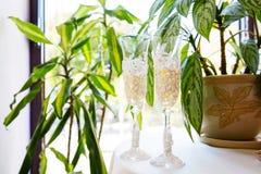 Två gifta sig exponeringsglas med champagne Arkivfoto