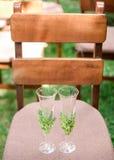 Två gifta sig exponeringsglas på en stol royaltyfri fotografi