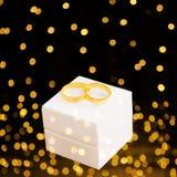 Två gifta sig guld- cirklar Arkivfoton