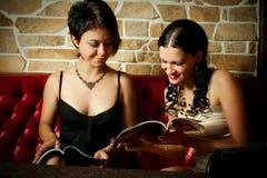 Två girl-friends Fotografering för Bildbyråer
