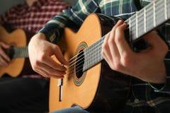 Två gitarrspelare med klassiska gitarrer royaltyfria bilder