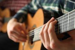 Två gitarrspelare med klassiska gitarrer arkivbild