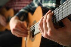 Två gitarrspelare med klassiska gitarrer royaltyfria foton