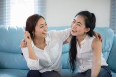 Två gladlynt och le för konkurrenskraftiga vänner för kvinnor upphetsade lyckliga arkivfoton