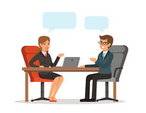 Två gladlynta affärsmän som talar om affär medan en av dem som pekar datorbildskärmen Man och kvinna på tabellen Vektorbegreppsbi royaltyfri illustrationer