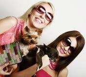 Två glamourflickor med puppys Royaltyfri Fotografi