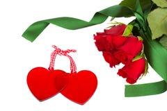 Två glass hjärtor med röda ro Arkivfoton