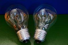 Två glass lampor på en blå grön tabell Royaltyfria Foton