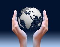 Två globala händer som rymmer Royaltyfri Fotografi