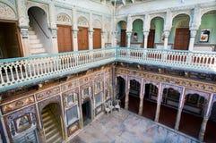 Två golv av väggmålningar inom det historiska huset Royaltyfri Foto