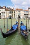 Två gondoler på Grand Canal i Venedig, Italien Royaltyfri Bild