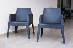 Två gråa moderna stolar utomhus Royaltyfri Fotografi