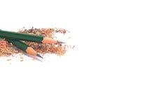 Två gröna blyertspennor på blyertspennasågspån royaltyfri fotografi
