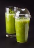Två gröna smoothies royaltyfri bild