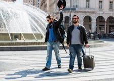 Två grabbar argumenterar i mitt av gatan offentligt Arkivbild