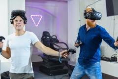 Två grabbar förbereder sig för virtuell verklighetlekar, dem är wearien arkivfoto