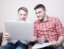 Två grabbar med grejer Fotografering för Bildbyråer