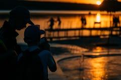 Två grabbar på flodbanken arkivfoto