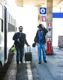 Två grabbar söker för deras drev Royaltyfria Foton