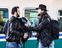 Två grabbar slåss, därför att de missa deras drev Royaltyfria Foton