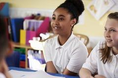 Två grundskola för barn mellan 5 och 11 årflickor i grupp, slut upp royaltyfri bild