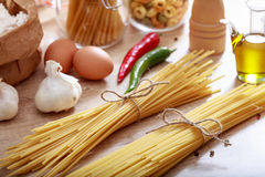 Två grupper av rå spagettipasta Arkivbilder