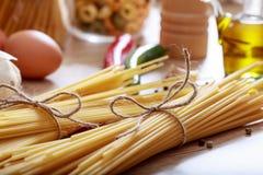 Två grupper av rå spagettipasta Royaltyfri Bild
