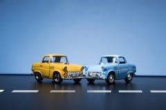 Två gula bilar för femtiotalleksakmodell Arkivbilder