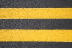 Två gula linjer på jordningen Royaltyfri Foto