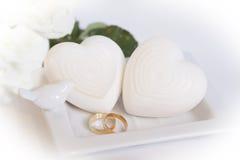 Två guld- bröllopmusikband och hjärtor Royaltyfria Foton