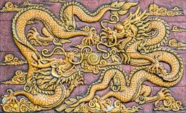 Två guld- drakar för kinesisk stil Royaltyfria Bilder