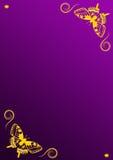 Två guld- fjärilar tränga någon itu på purpurfärgad bakgrund med kopieringsutrymme Royaltyfri Illustrationer