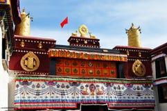 Två guld- hjortar som flankerar en Dharma, rullar på Jokhang Royaltyfri Foto