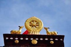 Två guld- hjortar som flankerar en Dharma, rullar på Jokhang Royaltyfri Bild