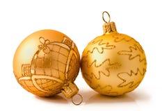 Två guld- julbollar som isoleras på en vit Fotografering för Bildbyråer