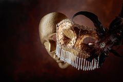 Två guld- karnevalmaskeringar Arkivbild