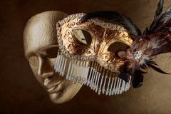 Två guld- karnevalmaskeringar Arkivfoto