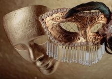 Två guld- karnevalmaskeringar Royaltyfri Bild