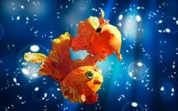 Två guldfiskar med guld- kronor Royaltyfri Bild
